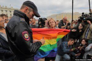 Россия: Насилия меньше, но не к ЛГБТ.